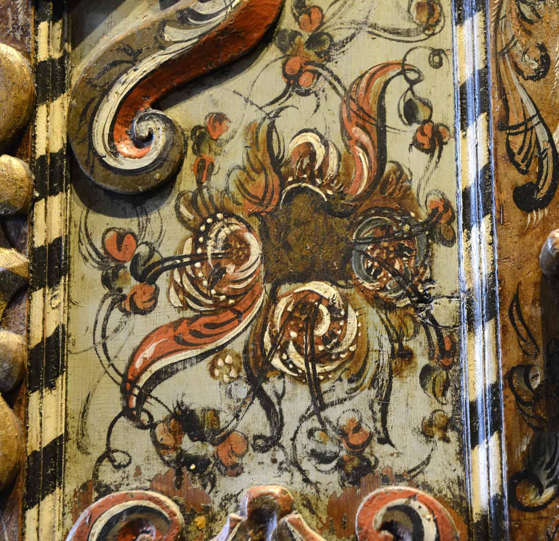 Kittil O. Haukjem (1774-1859). Fra Rollag i Numedal, Telemark Hengeskap fra 1804. Skapet er rikt dekorert. Både i skurd og roser. Påmalt står årstallet 1804. Det var nettopp rundt århundreskiftet han utviklet en fantastisk egen, fri rokokkostil. Dette skapet viser hans suverenitet, det er overdådig i all sin prakt.