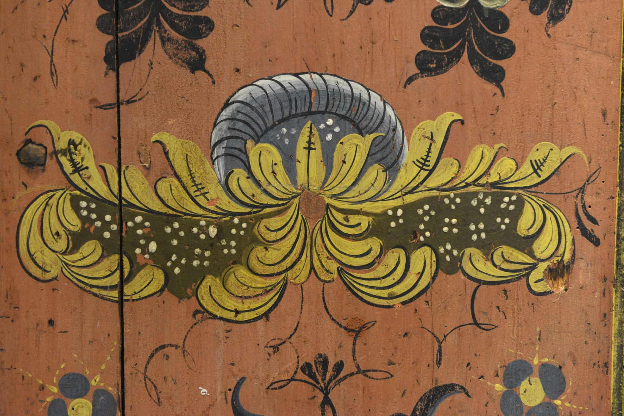 Vakkert bygget hengekannestol dekorert med rosemaling. Skapet er fra rundt 1840. Rosemalingen kan ved første øyekast minne om Nils Bæra, men er malt av en rosemaler som har hentet inspirasjonen sin fra kanskje både Bæra og Torstein Sand. Påmalt navnet Engebret Torkildsen