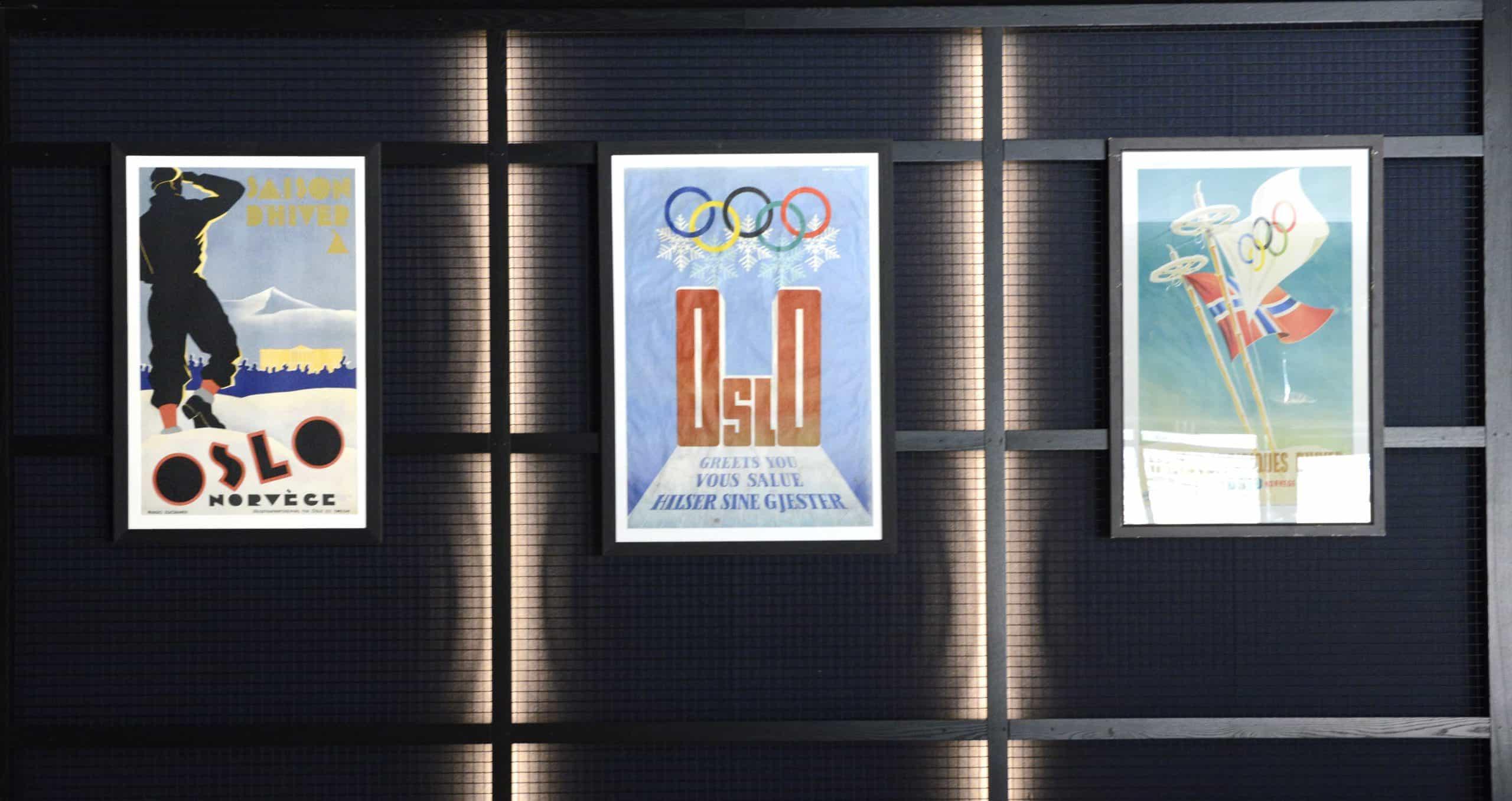 Fra venstre ser vi plakaten som Bert Huszár (1878–1935) vant konkurransen til Oslo kommune i 1935. Trykket av Emil Moestue A/S, Oslo. I midten ser vi OL-plakaten fra 1952. Kunstneren Helge Kittelsen (1910-1996) designet en av tre plakater for vinterlekene. Trykket av Pedersen Lito Til høyre Knut Yran (1920-1998) sin plakat for Vinter-OL,Oslo 1952, ment for det franske markedet. Utgitt av Olympiakommiteen, SAS og NSB. Den er trykket av Pedersens Lito. Yran var 1950-årenes store norske reklametegner.