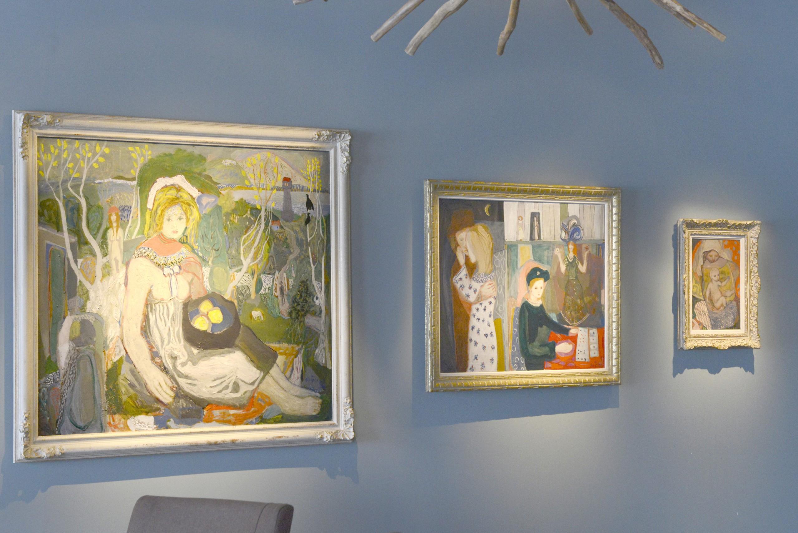"""""""Ung sittende kvinne i landskap"""" 1938 Olje på lerret 120x140 cm Bildet «Ung sittende kvinne i landskap» ble mellom annet vist på Venezia-biennalen i 1952. Kai Fjell er kjent for sine vakre malerier av kvinner og mødre med barn. Han var opptatt av kvinnen som en del av naturen, og de feminine kreftene i tilværelsen. ** """"Kabalen"""" 1940 Olje på lerret 79x99 cm Kjærlighet, ensomhet, savn og drømmer kommer tydelig fram i dette banebrytende bildet. Kai Fjell fikk føle på alt dette da han kom til hovedstaden hvor alt var fremmed og konflikten mellom ambisjoner og skuffelser var sterkt. Et viktig og banebrytende arbeid."""