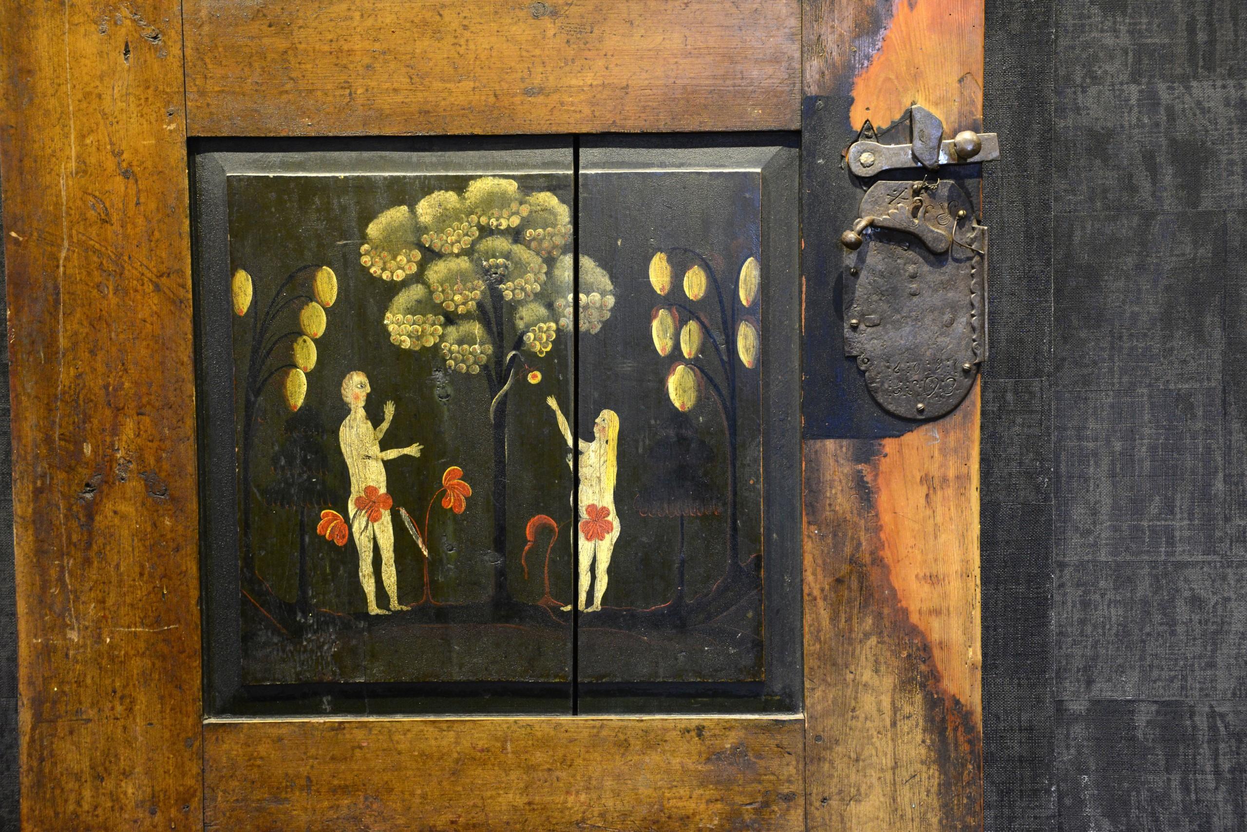 The Gundersen Collection er en imponerende samling av kunst og norske bondeantikviteter. Store deler av samlingen er stilt ut på hotellet Vestlia Resort i fjellbygda Geilo, Norge. The Gundersen Collection har også Norges viktigste private samling med grafikk av Edvard Munch. Ikke minst flere håndkolorerte grafiske verk. Her ser vi dør til ene kammerset. Dekorert med «Hallingrosa» som også går igjen på mange av de andre møblene. Malt av Embrik Bæra i 1846 til kårstua på garden Quie (Kvie) i Flå i Hallingdal. Kårstua er fra 1667.