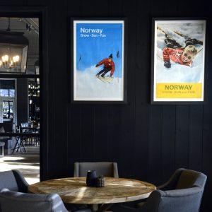 """60-tallet: Til venstre plakaten """"Norway Snow - Sun - Fun"""" fra 1967. Photo: Knudsen. Printet av Trygve B. Pedersen & Sønn. Bjørn Phale har fotografert bildet på plakaten til høyre, soim kom ut i 1963. Trykket av Offest by Lithografisk Officin, Oslo."""