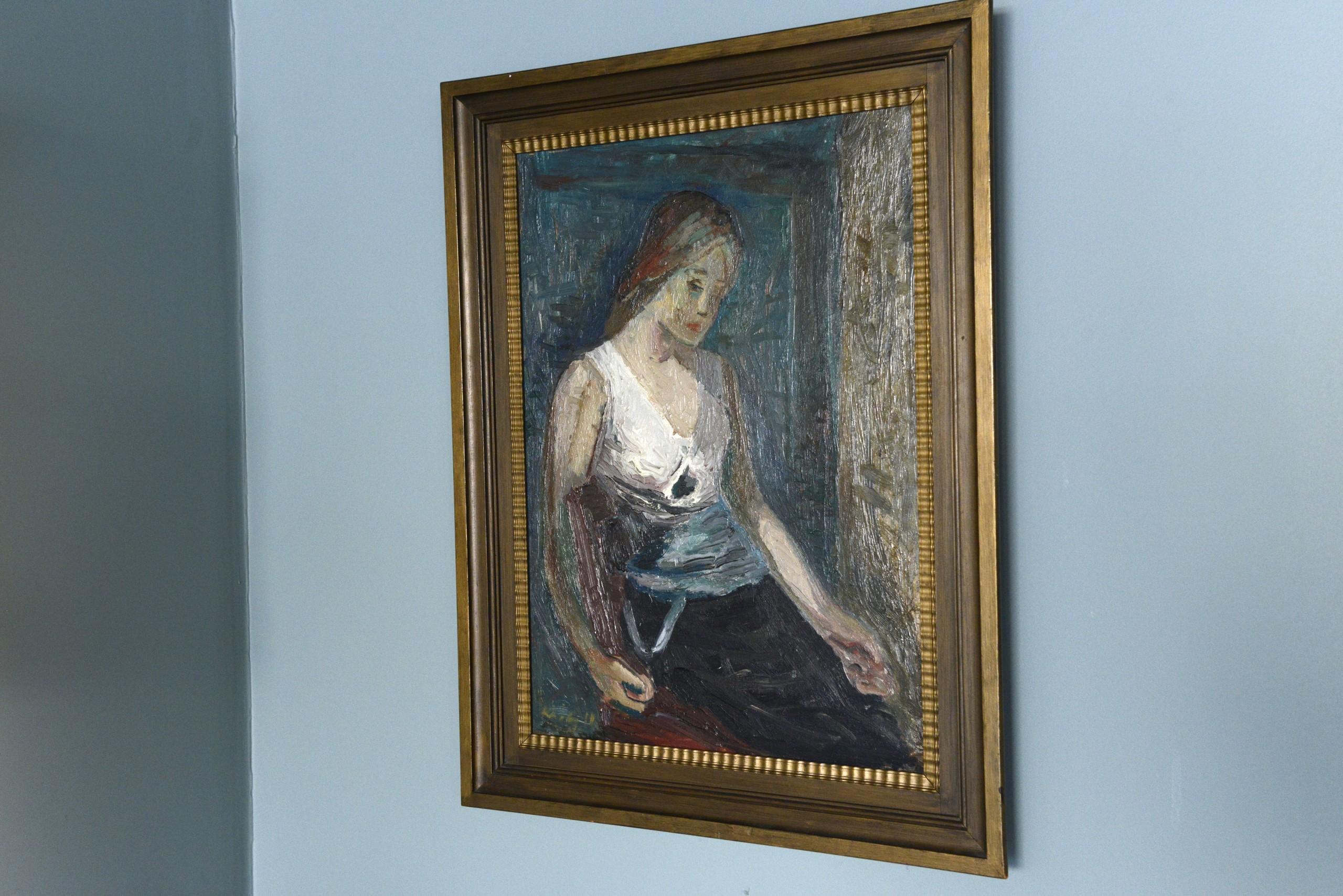 """""""Ung kvinne"""" tidlig 30-tallet Olje på lerret 71x52 cm Kona Ingeborg sitter modell for sin mann. Hun går igjen i mange av hans bilder, uten at portrettlikheten alltid er til stede. Kai Fjell malte sjelden portretter etter modell. Dette er et unntak. Den spontane måten å male på, fikk mange til å kalle Fjell «Den nye Munch»."""