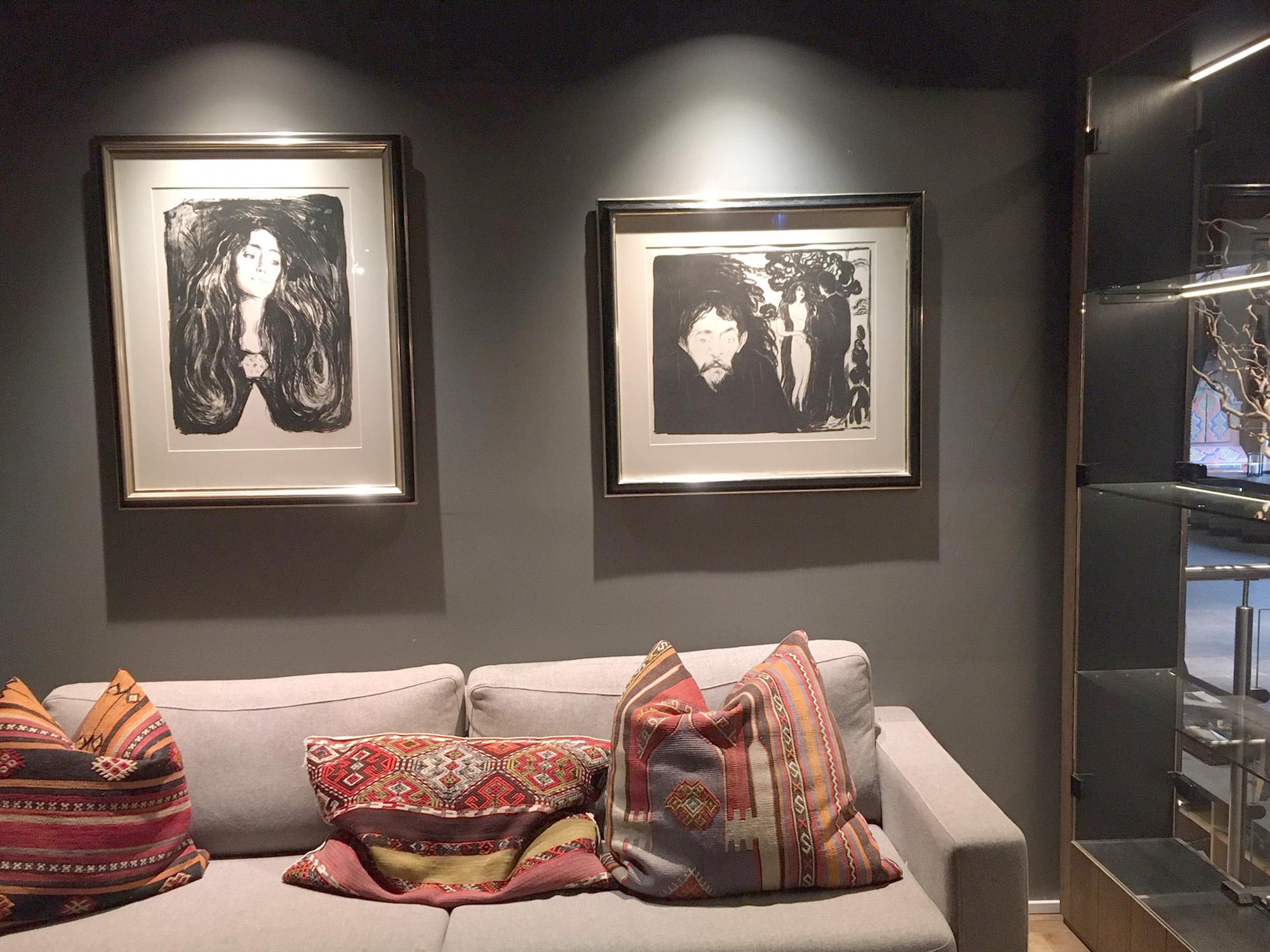 """Edvard Munch, litografiet """"Brosjen"""" til venstre og """"Sjalusi"""" til høyre."""