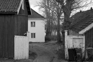 Den flotte bygningen Kiøsterudgården i Åsgårdstrand går igjen i flere av Edvard Munch sine bilder. Sommeren 2020 får publikum møte kunsten til Munch gjennom samlingen til Pål Gundersen, The Gundersen Collection.